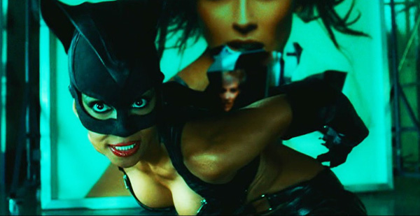 catwoman-2004-movie-review-halle-berry-costume-2-fight